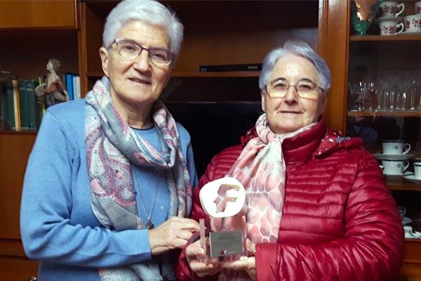 Hermanas Lourdes Carballo y Trini Larrea con el Reconocimiento