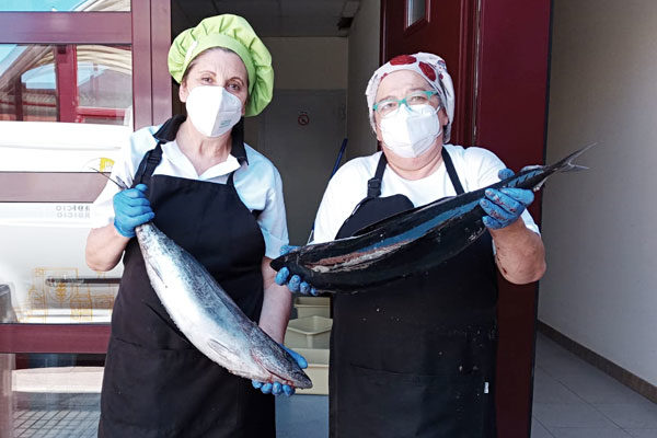 Dos cocineras con los bonitos donados por Fundación Alimerka